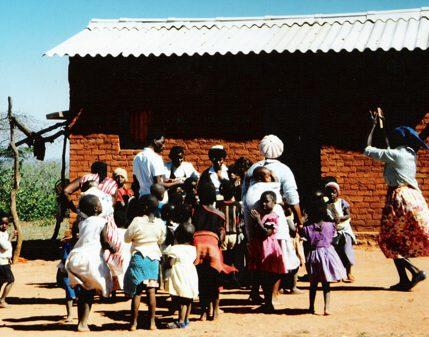 Eine Gruppe von Menschen versammelt sich vor der Schule