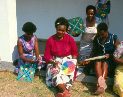 Frauen spielen ein Spiel zusammen
