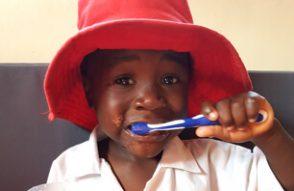 Ein Junge putzt seine Zähne