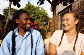 Ein Mann und eine junge Frau sitzen und lachen