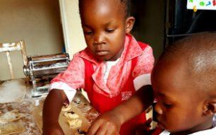 Kleine Kinder machen Nudeln