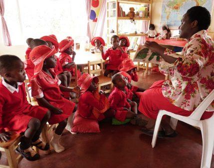 Fungai-mit-den-Kindern_Unterricht_Bongai-Shamwari.jpg